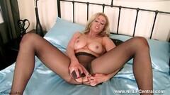 Blonde vigorously toy fucks herself Thumb