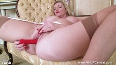 Milf Holly Kiss strips off retro lingerie and fucks her pussy Thumb