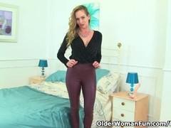 UK milf Elegant Eve looks so hot in tight pants Thumb